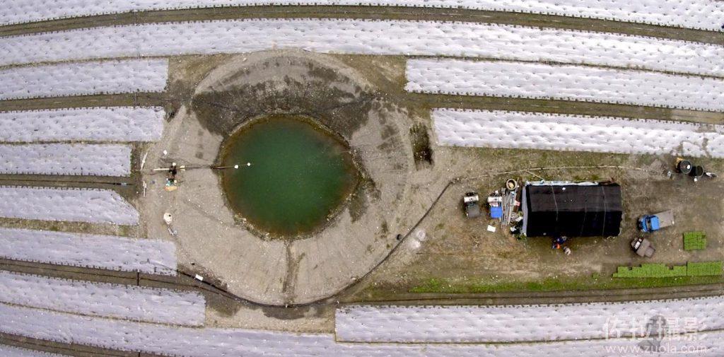 空中俯瞰河床上的西瓜田和水井