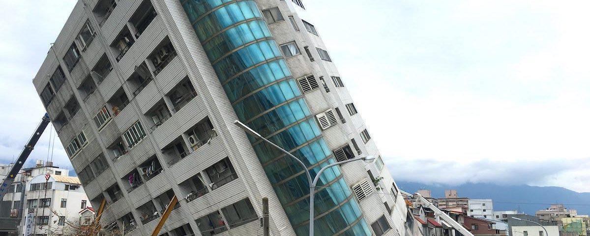 東南方向拍攝傾斜的雲門翠堤大樓