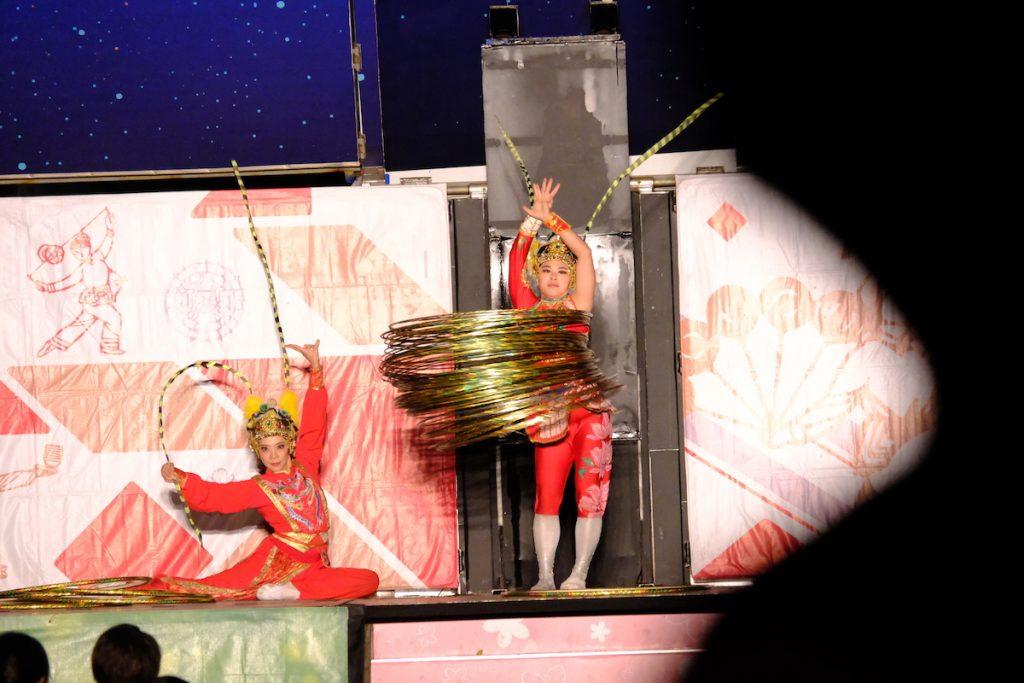 紙風車劇團表演轉多個呼拉圈