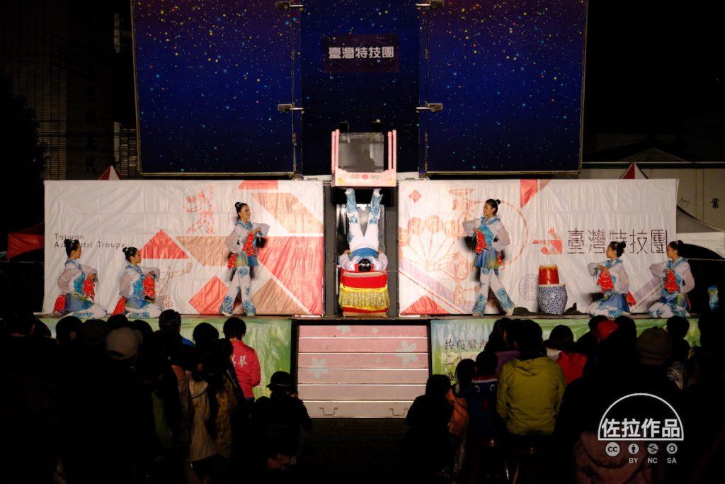 紙風車劇團表演蹬桌子